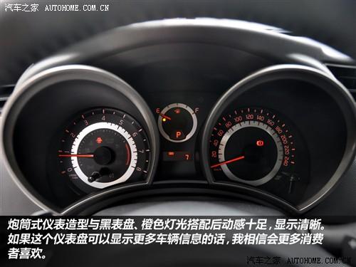 轿车必不可少的.它那炮筒式仪表造型与黑表盘、橙色背景灯光高清图片