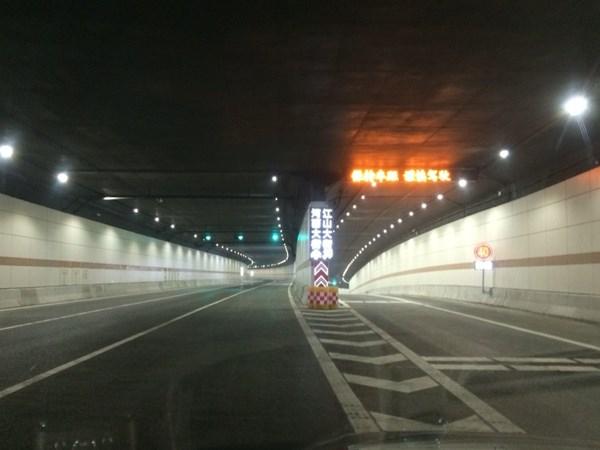 """扬子江隧道4日迎车流""""大考""""隧道内通畅"""