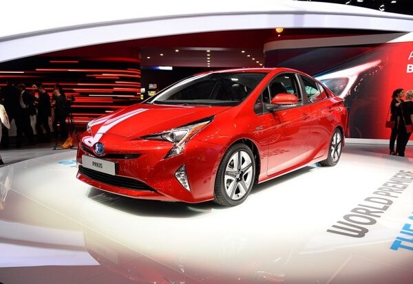 全新普锐斯已经在海外正式亮相了,在12月份将正式投放海外市场。一汽丰田宣布,该车将会在2016年在国内正式亮相。不过,关于该车未来是进口还是国产,一汽丰田表示这需要根据其具体市场表现来确定。 除了以上两款具体车型,一汽丰田还提到其未来将会主推小排量发动机以及小型车,未来的15款车中将有约70%为小型车型,包括小型SUV和小型MPV等。此外,之前已经曝光的1.