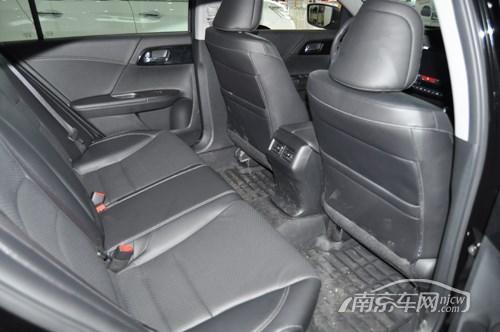 新雅阁轴距为2775mm,后排空间表现良好,座椅柔软,做工细腻,乘坐感表现