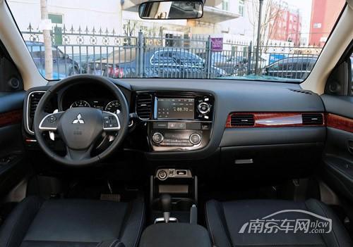 内饰摒弃了老款车型沉闷的设计风格,车内加入了运动元素-南京大乘高清图片