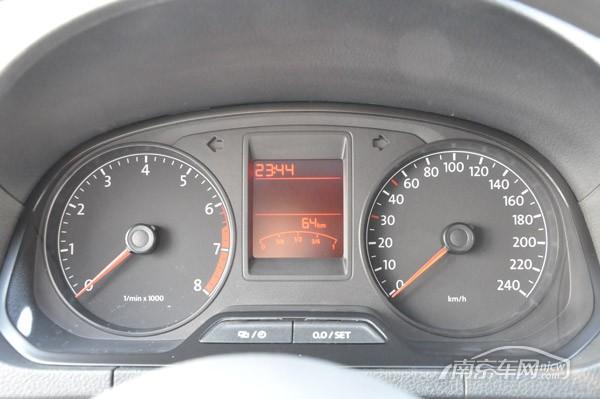 水温表,车外温度,到平均油耗,瞬时油耗等信息一应俱全; 老捷达车仪表