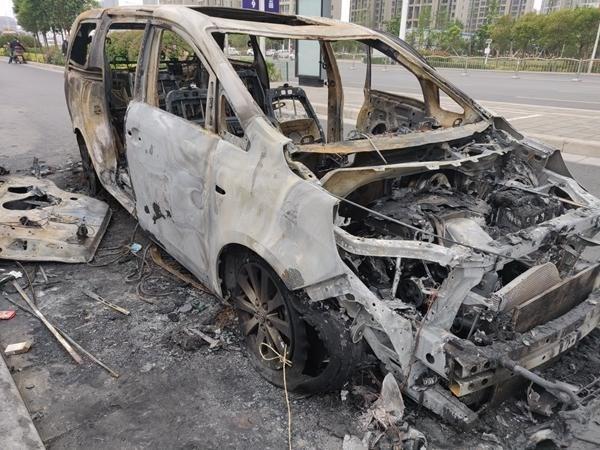 不到一年的别克GL8自燃烧成骨架 厂商态度让车主崩溃