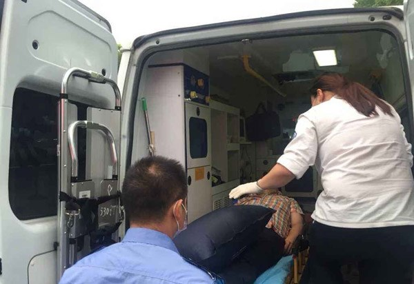 乘客公交车上晕倒 305路司机乘客积极相助高清图片