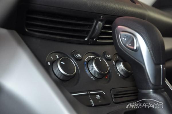 突兀的换挡杆挡住了空调旋钮,设计上还需进一步改进 多媒体系统的扩展接口在中央手扶箱内,高配车型有AUX接口,2个USB接口,一个SD插槽(GPS地图使用)还有一个12V电源接口,而低配翼虎只有一个AUX接口。此外,高配车型配备全景天窗,而低配连单天窗都没有。且低配车型前后门板所使用的材质不一样,长安福特对待低配车型有点不重视的态度。