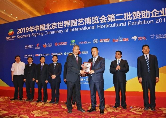北汽集团成为2019北京世园会的全球合作伙伴 2019北京世园会是中国政府举办、北京市承办的国际顶尖级别的专业性世纪博览会,将汇聚超过100个国家和国际组织等官方参展者,超过100个国内省、自治区、直辖市及国内外专业机构和企事业单位等非官方参展者,预计将吸引1600万人次的参观者。这是一次集文化成就与现代科技成果于一体的国际盛会,不仅是国际交流的重要平台,也是中国向世界展示新时代经济、科技、文化和生态文明建设成果的重要窗口。 北汽新能源自2009年创立以来,秉承一个卫蓝梦,两个世界级的使命,坚持创新驱