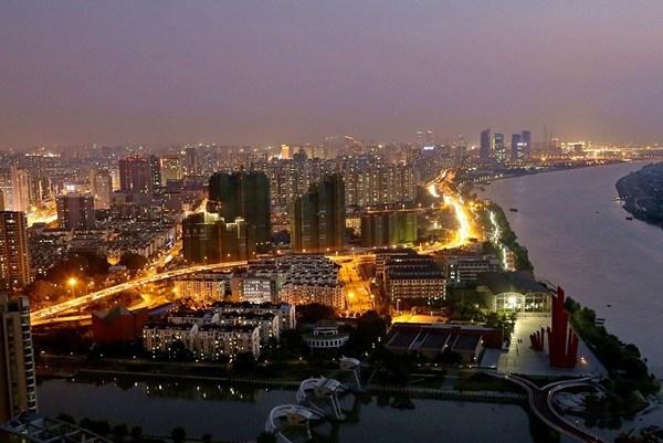 未来两年重点完善配套设施,绿道沿线投入110个大中小驿站 南京滨江风光带建设自2013年1月底启动,至青奥会前实现了长江南岸20公里、长江北岸13公里的风光带贯通。在接下来的20142016年建设计划中,主要工作是完成一期沿线配套设施的建设及部分码头、企业单位的搬迁工作,同时推进滨江风光带二期的建设工程。 在一期段完工并开放后,南京滨江风光带吸引了不少市民前往参观游览,其中国庆黄金周期间接待人次达到了60万人,俨然已成为游览南京沿江风光的新去处。不过随着一期的开放,不少问题也暴露出来,如配套设施跟不上